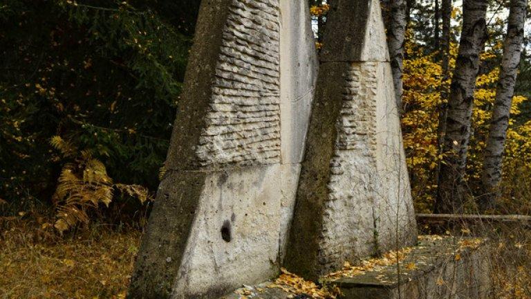 При откриването на паметниците в специални урни са поставени капсули на времето, предвидени за отваряне през далечната 2033 г. Урните обаче отдавна са празни, а следите на капсулите са се изгубили... във времето