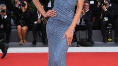 Изабел ГуларИзабел Гулар сякаш е русалка, излязла от вълните със сребриста рокля с кристали Сваровски. Тоалетът й стои безупречно, просто защото бразилската актриса и супермодел е перфектна. Неин приятел е футболистът от Пари Сен Жермен - Кевин Трап.