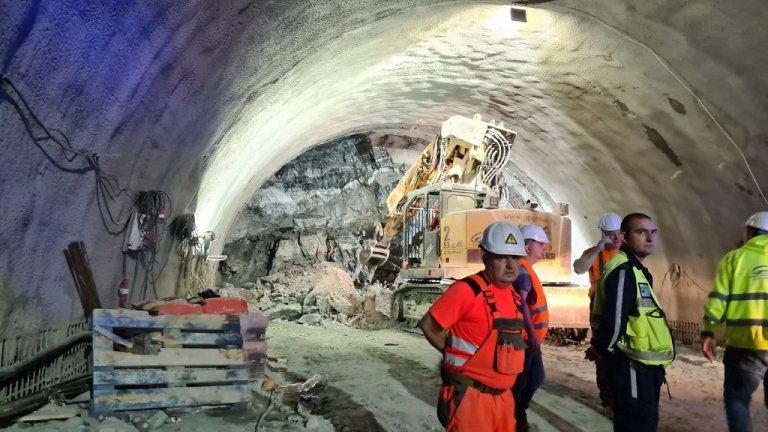 Инцидентът е вследствие на срутване на скална маса при изграждането на тунела, според фирмата строител