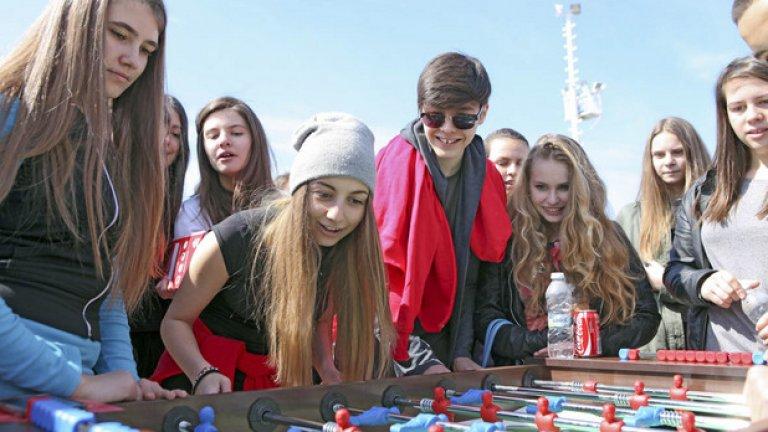 Младите поп изпълнители Михаела Маринова и Кристиян Костов бяха на стадиона, за да се погрижат за доброто настроение на феновете