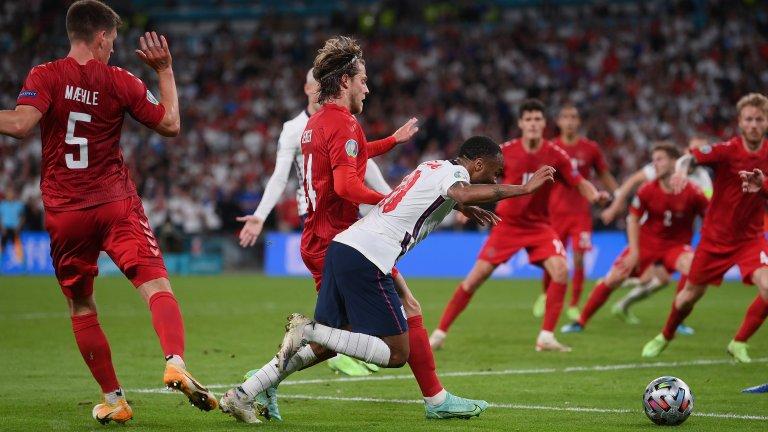 """За да илюстрира какво е """"лека"""" дузпа Майк Райли спомена отсъдената за Англия срещу Дания на полуфиналите от Евро 2020"""