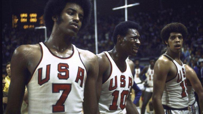 17. Мюнхен 1972: Слабите съдии Може би никога повече няма да видите подобно нещо. Баскетболът е олимпийски спорт от 1936-та, а финалът в Мюнхен е първата загуба за САЩ изобщо на олимпийски игри. Тогава съдиите допускат поредица от грешки, не признават победата на американците, на три пъти дават шанс на руснаците да вкарат топката в игра, когато остават едва 3 секунди на таблото. В крайна сметка, при третия си опит, руснаците успяват да вкарат и побеждават с 51:50.