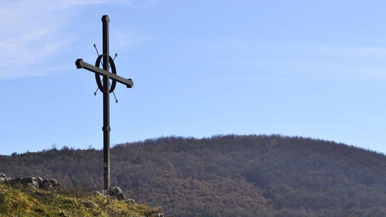 На скалата над параклиса е издигнат метален кръст, който да бди над трънчани.