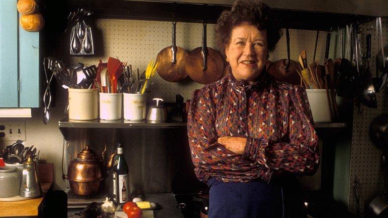 Кулинарният свят винаги е бил доминиран предимно от мъжете. И докато жените готвят гювеч и скучнотии в кухнята, именно мъжете са излизали с имената си като гениални готвачи. Джулия Чайлд обаче не се вписва. Нейният път я води от рекламата, през стратегическите услуги през Втората световна война, до висшата кухня, в която я въвежда съпругът ѝ Пол. Джулия се влюбва във френската кухня (по време на вечеря със стриди и морски език в Руан), а след кaто посещава готварски курсове в школата Le Cordon Bleu се присъединява към женски готварски клуб. Там среща Симон Бек, която работи върху френска готварска книга за американци. Двете подготвят книгата заедно, след което Джулия издава още 20 готварски книги. Увековечена е в кулинарната култура обаче през телевизионното предаване, което води: The French Chef.