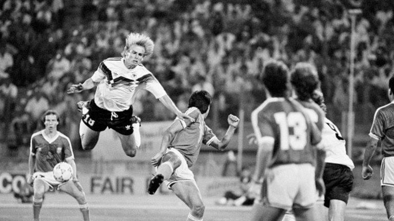 """В царството на мръсните номера  Смело може да се каже, че световното първенство през 1990 г. в Италия се явява истинско царство за майсторите на мръсните номера. Циничният футбол с едва 2.21 средно гола в мач е съчетан с ред измамни изпълнения. Както си му е редът, връх на всичко е финалният двубой между Германия и Аржентина. В 65 минута Юрген Клинсман затвърждава репутацията си на футболен мошеник, когато прави невероятно изпълнение на """"умиращия лебед"""". С падането си той успява да подлъже съдията Едуардо Мендес, който показва на аржентинеца Монсон първия червен картон във всички дотогава световни финали. Не по-малко скандално се явява падането на Руди Фьолер след контакт рамо в рамо с Роберто Сенсини. Минутата е 85-та, а реферът отсъжда дузпа. Андреас Бреме я вкарва, за да донесе титлата на Германия. Още по-смешно става при връчването на наградите. Обявеният за носител на приза за феърплей Гари Линекер отива да стисне ръката на Юрген Клинсман. """"Цяло чудо е, че Клинсман не падна при това ръкостискане!"""", отбелязва иронично коментаторът на английската телевизия."""