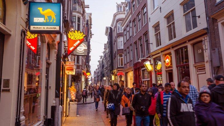 """Нидерландското правителство насочва рекламата към по-малко популярните места около Амстердам. Сред мерките срещу прекомерния поток туристи е и забрана на обиколки в """"Червените фенери"""""""
