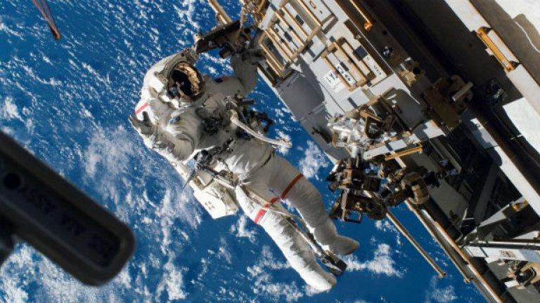 """Установяването на Луната е основа за бъдещи пътувания  """"Що се отнася до плановете: Марс? Астероиди? Луната? Ние стигнахме до консенсус – Луната. Това е онзи полигон, който ще позволи отработването на технологии, позволяващи след това да се работи на други небесни тела и на техни орбити.  Необходимо е да се научим минимум една година да осигуряваме нормални условия за живота на космонавтите и да поддържаме апаратурата в работно състояние. Без това Марс няма да има. Смятам, че ще изминат много повече от десет години до момента, когато ще имаме реални надеждни технологии и възможности да пътешестваме на Марс"""", отбелязва ръководителят на """"Роскосмос"""" Игор Комаров.  По думите му все още не са решени някои от основните въпроси: как да се защити човешкият организъм от радиацията и да се осигури дългосрочна работоспособност на космонавтите на Марс."""