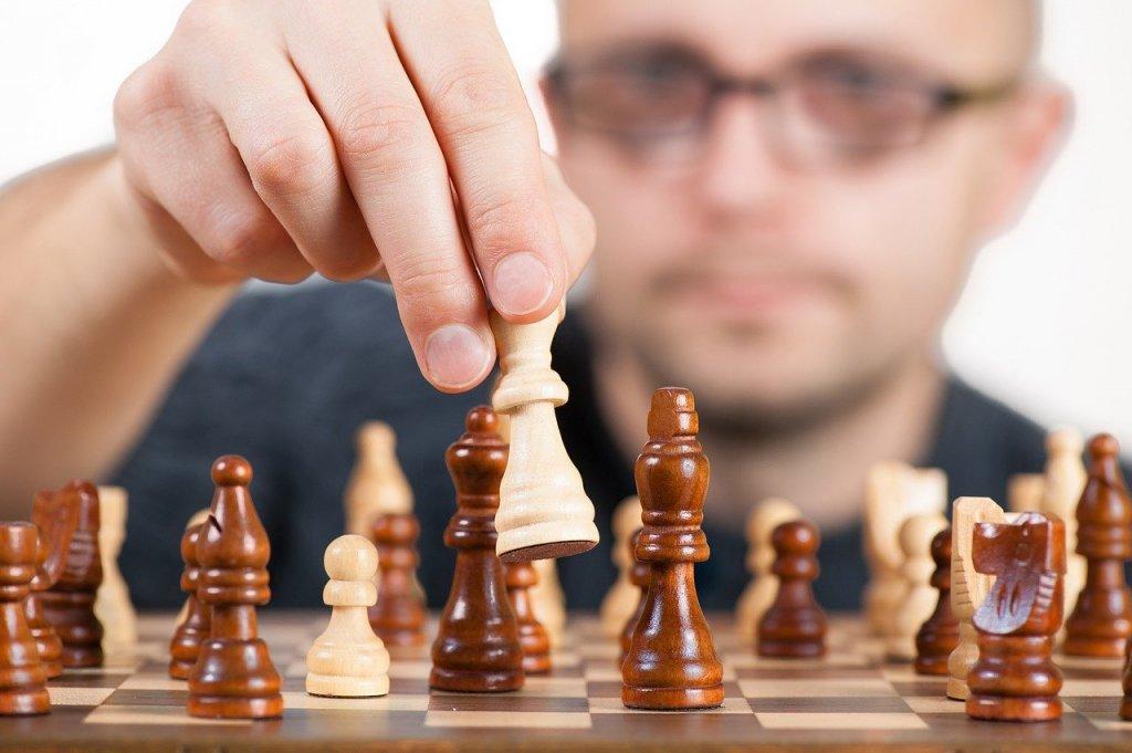 Шах Сериозно, има ли по-добър момент да се научите да играете шах? Направо ви казваме, че няма. Не само, че играта ангажира мисленето, но и го развива. Достатъчно е да научите как се движи всяка фигура и ще се убедите, че с всяка следваща игра ставате все по-добри. Това може да ви осигури много часове, в които напълно да забравите за електронните си устройства. Ако сте повече от двама души и искате да включите всички, просто вземете някого да ви подсказва. Изпитан трик, на който ще ви научи всяка пенсионерска седянка из парковете. Е, като отново ги разрешат, разбира се.
