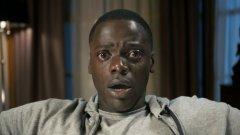 """Бягай!/ Get Out   """"Бягай!"""" е един от големите хитове на независимото кино за тази година. Режисьор и сценарист на филма е Джордан Пийл, който загърбва скечовете, за да създаде този хорър. В главните роли са Даниел Калуя и Алисън Уилямс, които с напредването на сюжета разкриват ужасяваща расова конспирация. Освен брилянтната актьорска игра, другият най-голям плюс е, че филмът определено успява да държи зрителя в напрежение чак до финалните надписи."""
