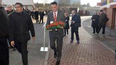 Луис ван Гаал поднесе цветя и държа реч пред паметната плоча на загиналите в Мюнхен