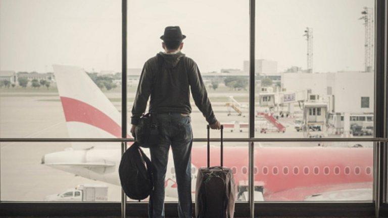 Един мой приятел, който от години живее в Америка, твърдеше, че когато си дошъл за първи път, имал чувството, че наистина ще легне на земята пред летището и ще започне да я целува. Когато кацнал, се просълзил.  На излизане от самолета вдишал дълбоко въздуха и се вторачил в гръбнака на Витоша, за да си я погледа.  Ударът с мокър парцал дошъл няколко минути по-късно, когато застанал пред гишето за паспортна проверка.