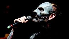 Slipknot - Before I Forget  Преди да сте забравили да си сложите маска, когато излизате навън, Slipknot ще ви напомнят. Естествено, че започваме с вероятно най-популярната маскирана банда в света. Кори Тейлър и компания редовно освежават външния си вид с нови и често по-отблъскващи маски, които олицетворяват избраните от тях образи.
