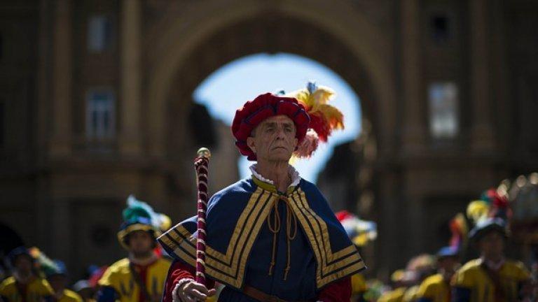 Мъже в традиционни облекла обикалят из Флоренция преди началото на фниалния мач, който се провежда на 24 юни всяка година.