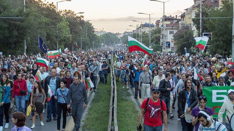 Заради дъжда, шествието беше по-скромно в сравнение с предишните дни, но отново се включиха хилояди