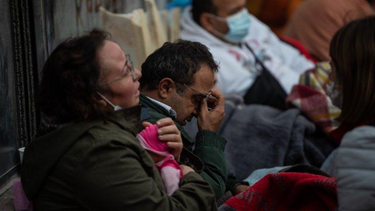 Жители на Измир чакат новини за близките си.