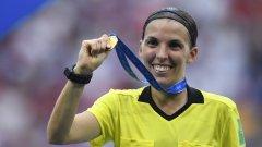 Фрапарт свири финала на женското световно това лято между САЩ и Холандия, а през април влезе в историята като първата жена с наряд на мач от френската Лига 1 – на този между Амиен и Страсбург.