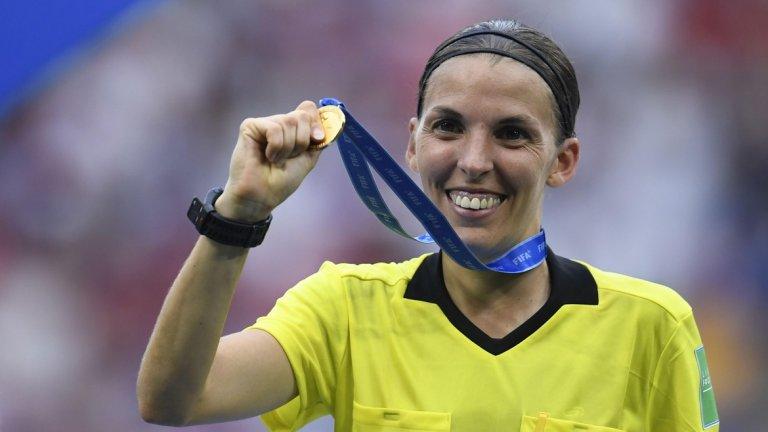 Фрапар няма да е първата жена, която свири мъжки мач от евротурнирите. Това се случи още през 2004 г., когато швейцарката Никол Петина ръководи мач за Купата на УЕФА. Но днес французойката ще стане първата жена, свирила еврофинал