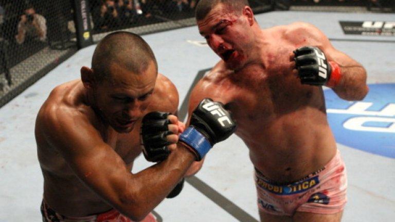 """Срещу Маурисио Хуа, 19 ноември 2011 г., UFC 139 Запитан дали си е мислил, че някога отново ще се завърне в UFC след периода си в Strikeforce, Хендерсън отговори: """"Когато напуснах UFC и отидох в Strikeforce, не знаех какво ще се случи в бъдеще. Винаги е било възможност. Знаех, че UFC няма да изчезне, и напуснах в добри отношения с всички. Всичко опираше до това как ще потръгнат нещата в Strikeforce. И толкова много липсвах на Дейна, че трябваше да купи Strikeforce."""" През 2011-а Хендерсън се завърна с гръм и трясък. Двубоят срещу Хуа продължи цели пет рунда, а според някои това е най-великият ММА мач на всички времена. Когато всичко приключи, ръката на Хендо бе вдигната във въздуха, което му донесе и възможност да се бие за титлата срещу Джон Джоунс на UFC 151. Контузия в коляното обаче попречи на Хендерсън и мачът така и не се състоя."""