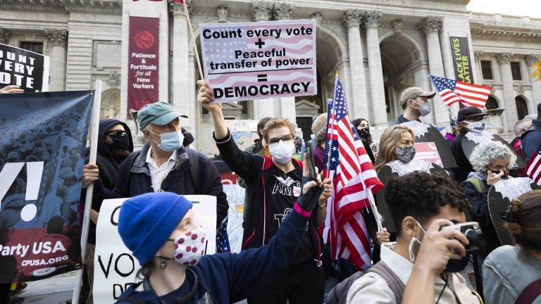Демонстранти се събраха на стълбите на Нюйоркската обществена библиотека с искане всеки глас на президентските избори ще бъде преброен.