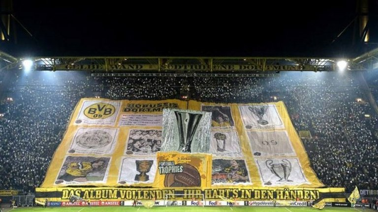 Преди първия мач срещу Порто в Лига Европа този месец, феновете на Борусия (Дортмунд) вдигнаха хореография с албум със стикери - като там бяха всички трофеи, спечелени от клуба. Има и едно празно място - за купата в турнира този сезон...