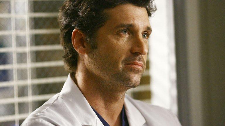 """Д-р Дерек Шепърд И ето го и него: самият доктор Дерек Шепърд, с когото се запознаваме в първия епизод на """"Анатомията на Грей"""", когато той преспива с Мередит Грей и се оказва, че не е само случаен тип от бара, а и водещ неврохирург в болницата, в която тя е на стаж. Доктор Шепърд (Патрик Демпси) минава през много драми, докато го застига това, което застига почти всички в тази медицинска драма: преждевременна смърт. Жалко, съгласни сме, че има нещо в тази коса..."""
