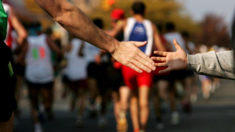 Бонус Тренирайте за маратон и го пробягайте Това не е толкова популярна практика в България, колко на Запад, но е факт, че и тук има маратони, често посветени на благотворителни каузи. Заслужава си да го направите заради себе си и заради другите. Освен че това ще направи тялото ви по-здраво и силно, емоционално ще се почувствате добре, а с дарените за бягането ви пари може да спасите живот.