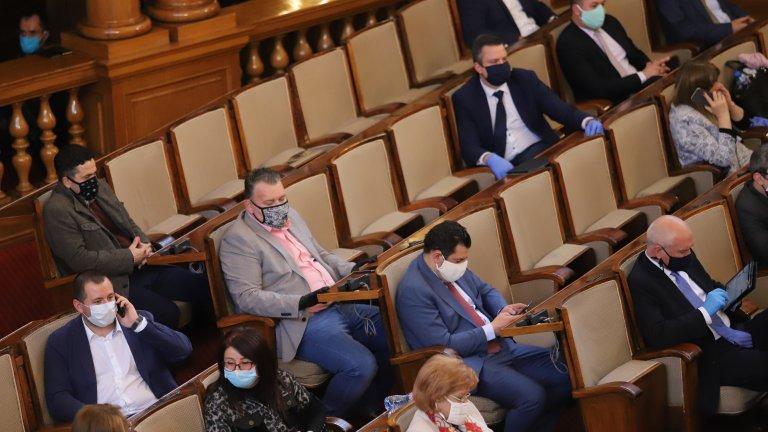 Здравният министър позволи на депутатите да не носят маска в пленарна зала