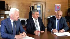 """Двата текста на """"Атака"""" и ВМРО, върнати с вето от Румен Радев, са това, което Валери Симеонов определи като """"Спасяването на редник Киро"""" на цена от 55 милиона лева. Те са причината НФСБ да заплаши с напускане на коалицията заради вътрешен саботаж на усилията по събиране на неустойки от собственика на """"Български морски флот""""."""