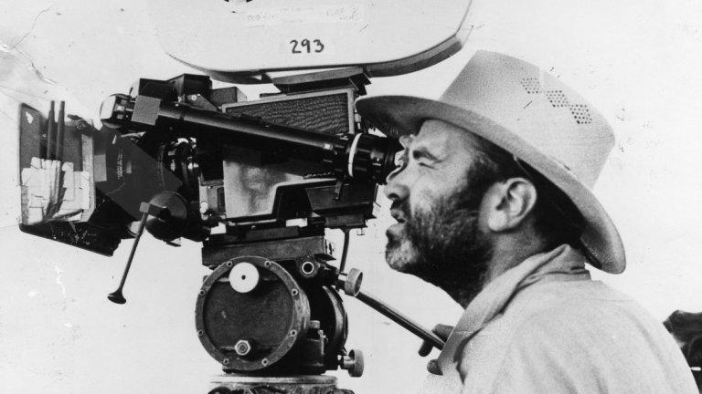"""Биографичен филм за Че Гевара от Терънс Малик  Филмът """"Че"""" (2008 г.) на Стивън Содърбърг първоначално е замислян като драма, режисирана от Терънс Малик. Режисьорът е бил обсебен от Че Гевара, докато е бил репортер в списания LIFE. Бенисио дел Торо вече е избран за главната роля. Малик започва да работи по сценария, който се фокусира върху кампанията на Че в Боливия между 1966 и 1967 г. Содърбърг обаче казва, че този вариант е бил """"нечетим"""". Същото по-късно признава и продуцентът Бил Полад. В крайна сметка Содърбърг се заема с проекта и започва от нулата."""