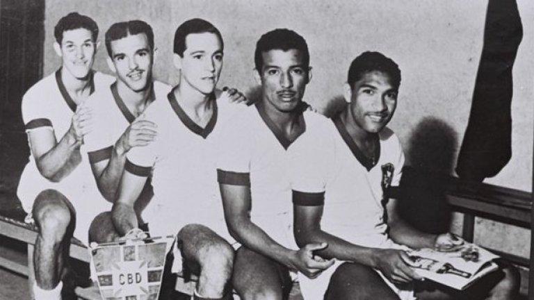 Де Фрейташ (в средата) със съотборниците си в националния отбор през 40-те.