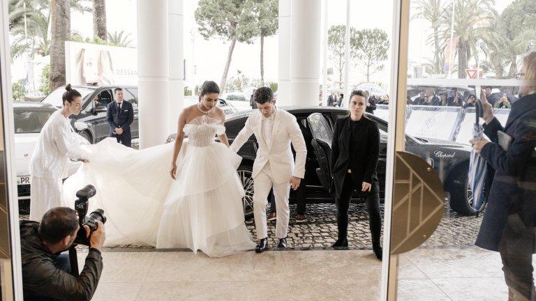 """Една сватба никога не стига...  Предложението за брак от страна на Ник не закъснява, а Приянка казва """"Да"""" и слага на безименния си пръст годежен пръстен за 250 хил. долара. Следват не една, а цели три сватби – една в традиционен индийски стил, една типично холивудска с много гости и една – само в най-тесен кръг и по-скромен дрескод."""
