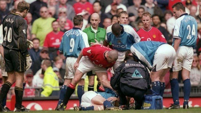 """Юнайтед - Сити 1:1 (2000-2001)  Няма как да се забрави онова влизане на Рой Кийн директно в коляното на Алф-Инге Хааланд, което прекрати кариерата на норвежеца. Кийн съвсем преднамерено търсеше отмъщение за минала свада с Хааланд, още когато норвежецът играеше в Лийдс. Тогава Кийн беше получил контузия в коляното и се превиваше от болки, а Хааланд му крещя. Затова избухливият ирландец използва дербито, за да направи умишлено влизане в коляното на Хааланд.  Освен червен картон, в началото Кийн получи три мача наказание и 5 хил. паудна глоба, но впоследствие санкцията беше увеличена (още пет мача наказание и 150 хил. паунда глоба), заради признанието на Кийн, че е целял да го """"удари здраво"""". Оттам нататък Хааланд така и не изигра пълен мач в лигата."""