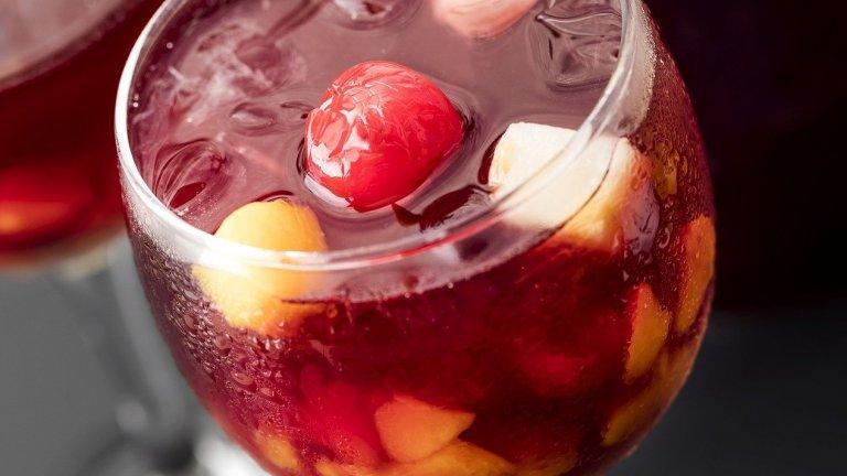Сангрия  Гореща Испания знае как да вдигне градуса през лятото - със сангрия, разбира се. Забъркването на сангрия до голяма степен зависи от продуктите, с които разполагате. Все пак ви трябват бутилка качествено червено вино (не правете компромис с това, ще се отрази на вкуса на коктейла) и няколко вида плодове, сред които е добре да има портокали и лимони. Можете да прибавите и други сезонни плодове като праскови, кайсии, малини, пъпеш. Всичко се смесва в голяма кана и наздраве!