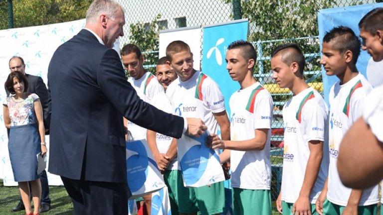 От името на Теленор, изпълнителният директор на компанията Стайн-Ерик Велан пожела успех на момчетата от националния отбор на България за Световното първенство по футбол за бездомни хора в Амстердам през септември.