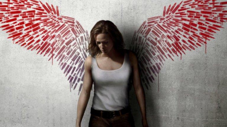 """""""Peppermint: Ангел на възмездието"""" / Peppermint - 21 септември Ако искате да си припомните Дженифър Гарднър като обучен убиец, тъкмо това е филмът за вас. Нейната героиня е Райли - обикновена майка и съпруга, чието семейство е нападнато от престъпна група. Те убиват мъжа й и детето й, а самата нея оставят за кратко в кома. Липсата на каквито и да е действия срещу убийците я карат сама да потърси справедливост и следващите 10 години тя прекарва в безмилостна подготовка за отмъщение. А на десетата година се впуска в действие, затривайки всички отговорни за смъртта на семейството й."""