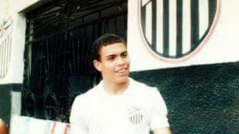 Роналдо-Феномена в родния си клуб - Сао Кристовао. Снимката е от началото на 90-те.