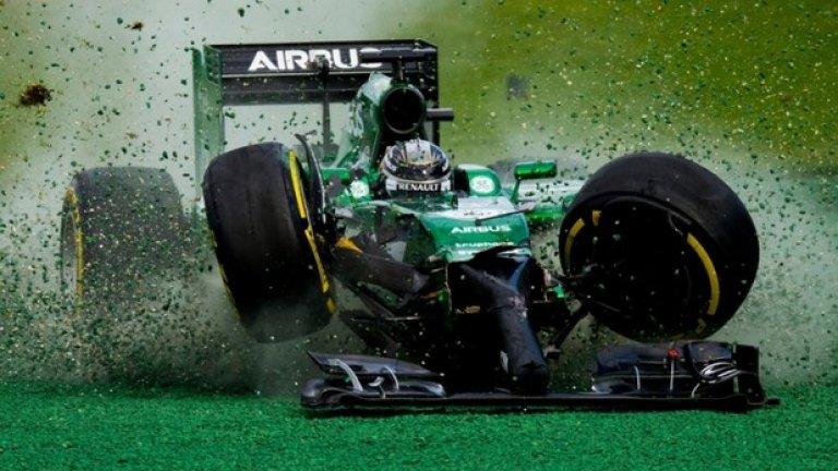 Освен радостни и комични поводи за снимки, тази година предложи и доста опасни такива.  Тук болидът на пилот от Формула 1 Камуи Кобаяши от отбора на Катерхам се разбива, след като се сблъсква с Фелипе Маса по време на състезанието за Голямата награда на Австралия през март