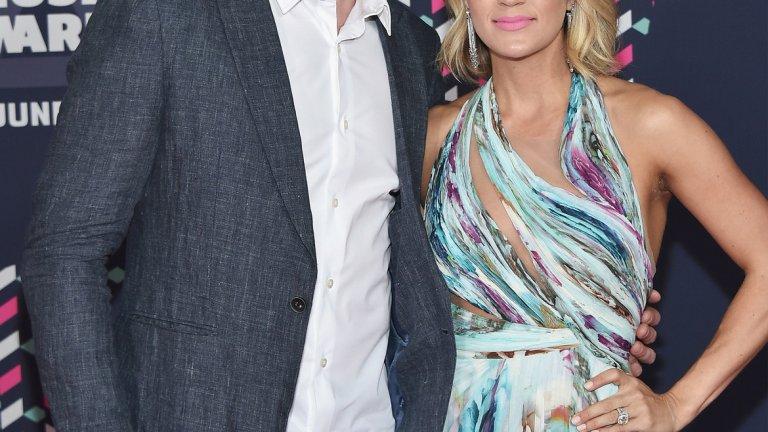 Кери Ъндърууд и Майк Фишър  Още един впечатляващ хокеист в този списък, Фишър е център на Нашвил Предейтърс и на 37 г. не му остават още много години като активен спортист. Несравнимо по-известна обаче е съпругата му Кери Ъндърууд, звезда на кънтри музиката, която продължава да се къпе в слава, след като спечели American Idol през 2005 г. С множество награди, хитове и над 65 млн. продажби, Ъндърууд направи фурор в музикалната индустрия, печелейки над 166 млн. долара в кариерата си до момента. Фишър няма никакъв шанс да я настигне.
