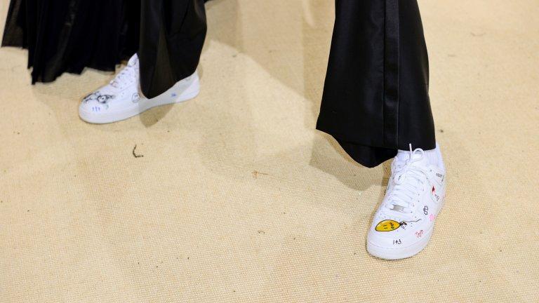 """Oversize кецове  Още един удобен чифт обувки, който добавя няколко слоя към подметката си, са кецовете. За есен 2021 мотото при тях е """"колкото по-големи, толкова по-добре"""". Платформата е равна, за да няма риск от падане, а вътрешността им е допълнително уплътнена, за да държи краката ви на топло през по-студените месеци."""