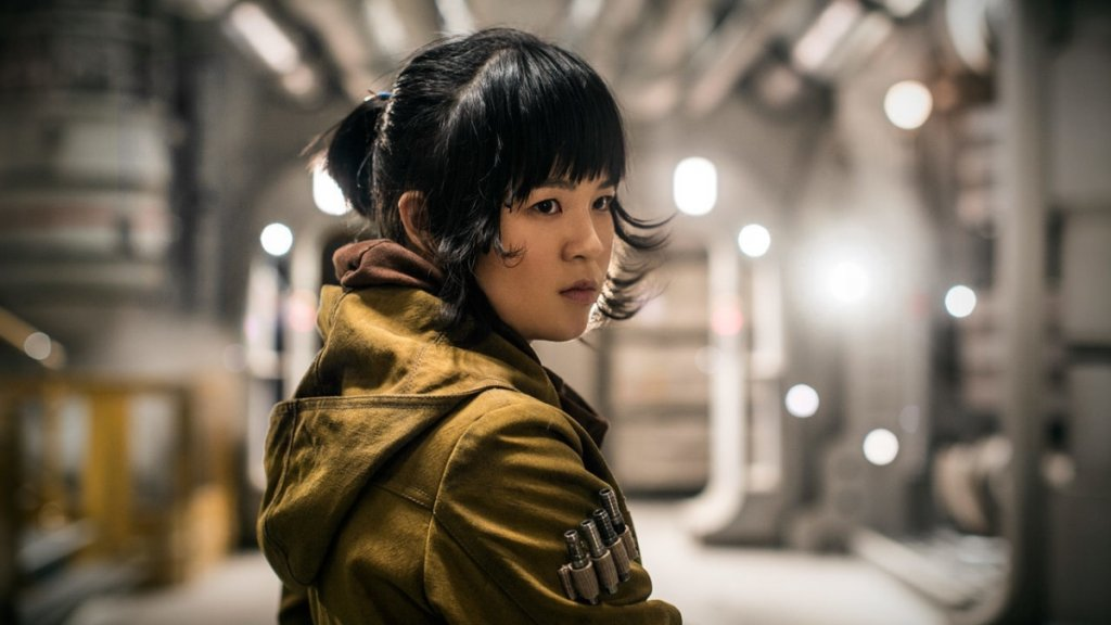 """Кели Мари Тран (Роуз Тико)  Актрисата, дете на бежанци от Виетнам, може би имаше най-лош опит с участието си в """"Междузвездни войни"""". Тя получи изненадващо значима роля във втория филм от новата трилогия - """"Последните джедаи"""", а това беше последвано от агресивна кампания на недоволни фенове, които не са харесали героинята ѝ.   Онлайн тормозът срещу актрисата достигна сериозни пропорции, а нерядко беше и на расов признак. Стигна се дотам, че Тран изтри всичките си публикации от Instagram. В крайна сметка нейната героиня имаше с пъти по-малка роля в следващия филм - """"Възходът на Скайуокър"""", но официалната версия е, че фенското недоволство не е причина за това.   Отвъд тормоза, Тран също не може да се похвали с много значими филмови проекти. Вместо това кариерата ѝ се насочи към анимациите. Тран ще озвучава персонажи в анимационния сериал Monsters at Work, както и в анимационните филми The Croods: A New Age и Raya and The Last Dragon."""