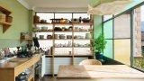 """В нашата галерия даваме както по-смели идеи, които предполагат сериозна инвестиция, така и някои малки трикове, с които да внесете максимална иновация с минимални усилия. Крадете смело - заради това са тук.Отворете пространствотоСвикнали сме в кухнята да виждаме по-скоро затворени шкафове, но в скандинавския интериорен дизайн т.нар. """"open shelving"""" набира все повече популярност през последните години. Причините? Първо, предразполага хората да разпределят по-добре вещите си, защото се виждат, второ - създава усещане за простор, трето - по-евтино е. Всъщност човек дори може да импровизира с най-обикновени дървени конструкции, подобни на библиотека, какъвто е примерът с тази снимка. В крайна сметка, ако не се получава в тази стая, винаги може да се превърне в етажерка другаде."""