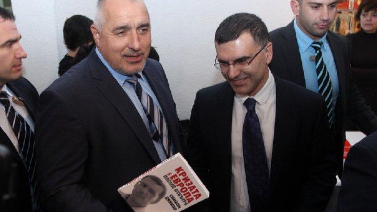 """С днешна дата, лансира тезата, че още в края на 2012 г. е обсъждал оставката си с Борисов по сценарий """"Контролирано изпускане на кръв"""" преди избори. Въпросът, който така и не получи отговор, е - кой кого е убеждавал в нуждата от незабавното уволнение."""