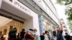Фенове на iPhone обсадиха на 11 юли 2008-а магазина на Softbank Mobile в Токио от седем сутринта, за да си купят iPhone 3G на Apple. Второто поколение на iPhone - iPhone 3G, излезе на пазара в 21 страни и региони по света
