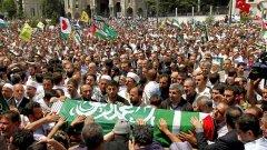 Хиляди протестиращи се стекоха на погребението в Истанбул на Джевдет Киликлар, един от активистите, убити при атаката на израелски командоси срещу кораба с помощи за Газа