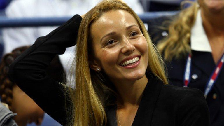"""Светската дама  Тя не е нито актриса, нито певица, нито манекенка, но е красива и представителна.  Пример: Йелена Ристич, съпруга на Новак Джокович и председател на едноименната фондация, която се занимава с образователни инициативи в Сърбия и подпомага деца в неравностойно положение. Йелена е и издател на сръбското списание """"Оригинал""""."""