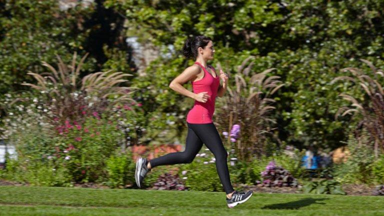 Спортът не е просто начин да изгорите излишните калории и да изглеждате добре. Повече физическа активност означава повече хормони на щастието. Спортът дори помага за облекчаване на депресивни състояния.