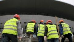 Стадионът все още не е довършен, но строителите ще изпробват терена