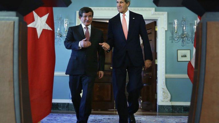 Турция е основен съюзник на САЩ в НАТО.    На снимката: турският премиер Ахмет Давутоглу и американския държавен секретар Джон Кери