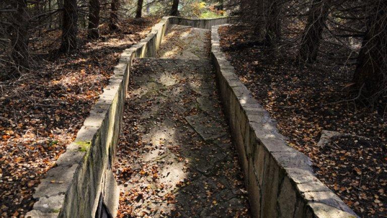 До тях обаче продължава да води стара каменна алея