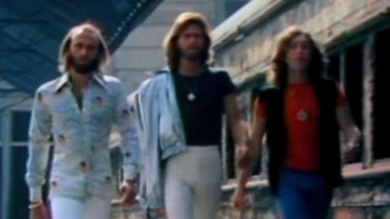 """Bee Gees - Stayin' Alive (""""Треска в събота вечер"""") Този универсален химн на диско ерата е създаден специално за саундтрака на """"Треска в събота вечер"""" с Джон Траволта и до днес е сред забавните хитове, на които човек може да си танцува вкъщи."""